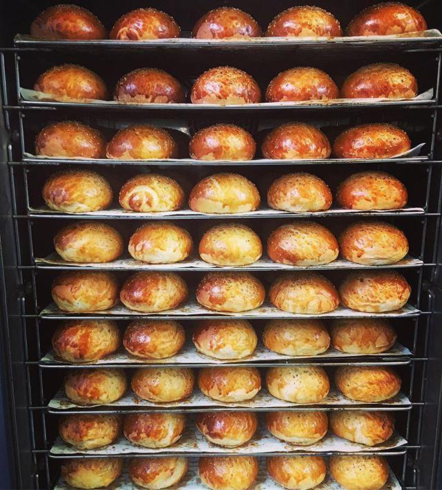 Tout juste sortis, ils vous attendent chaudement pour être dévorés !🏻🏻#paris3 #lemaraisparis #bestburgerintown #buns #burger #bestburger #burgerfermier #burgerparis #burgeraddict #marchedesenfantsrouges #homemade #homemadefood #foodporn #foodstagram #yummy #miam #fresh @leburgerdesenfantsrouges