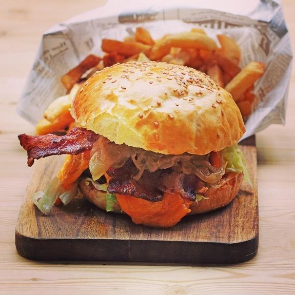 Samedi soir difficile ? Voici la solution Et c'est au @leburgerdesenfantsrouges que ça se passe !! On vous attend Angus beef / red cheddar / bacon / homemade buns••#burgerparis #parisburger #lemarais #marais #cheeseburgers #cheeselovers #paris3 #bestburgerintown #yummy #foodlover #instaburger #sunday #brunch