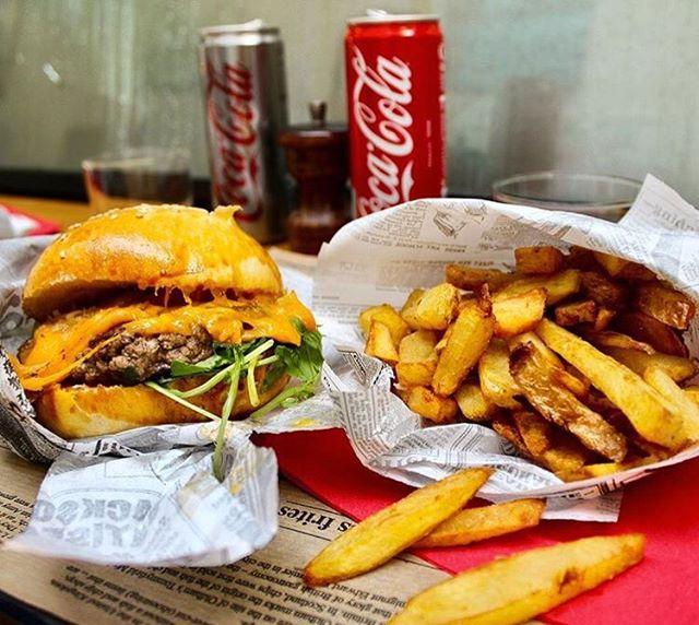 Et vous ? Samedi midi vous mangez quoi ? Un dernier burger avant les summer holidays du burger (12-20/08) #burger #burgerparis #burgerfermier #bestburgerintown #parisfood #parisburger #lemarais #paris3 #restaurantparis #foodporn #parisfood #parisfoodguide #yummymummies #homemade
