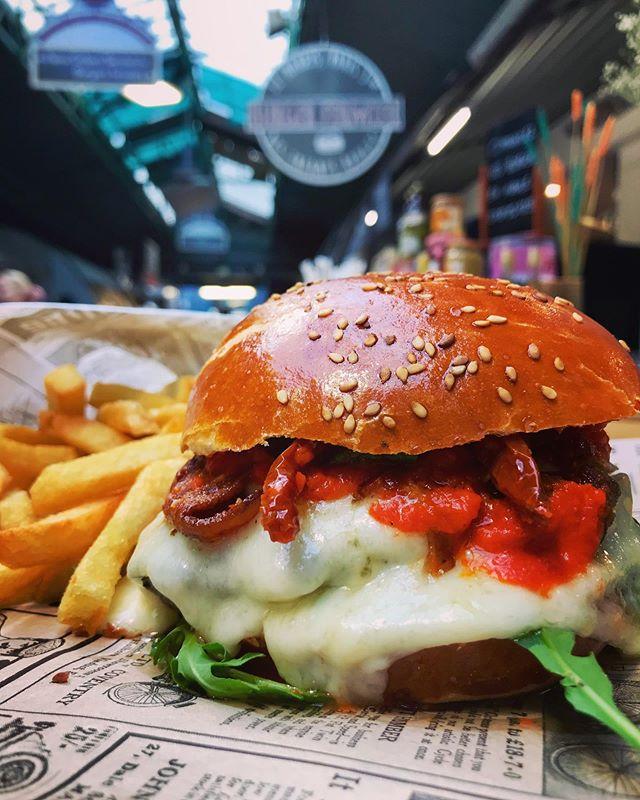 Allô les gourmands, ici le Basque ! - Tomme de brebis du Pays Basque - Angus à l'herbe du Nord 🐂- Sauce Piquillos maison 🌶- Tomates séchées/basilic frais- Buns maisonSi vous avez envie de prolonger les vacances, il vous attend au @leburgerdesenfantsrouges ! A tte les amies !!! #burgerparis #burgerparisien #parisburger #leburgerfermier #homemadebuns #lemarais #parismarais #restaurantparis #producteurslocaux #hautsdefrance #basque #burgerbasque #brebis #cheeselover #burgerlover #burgerlovers #instaburger #paris3 #yummy #bestburgerintown