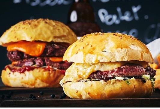 Classique ou Big ?? Cheddar ou Tomme au cidre? Cheese ou cheese ++ ?? 🤔Venez décider au @leburgerdesenfantsrouges🤩🤩#burger #nationalburgerday #burgerday #13october #parisburger #burgerparis #burgerparisien #yummy #homemade #producteurs #instaburger #restaurantparis #burgerrestaurant #bestburgerintown #lemarais #marais #cheese #cheeselovers #burgerlove #burgerlover #ubereats