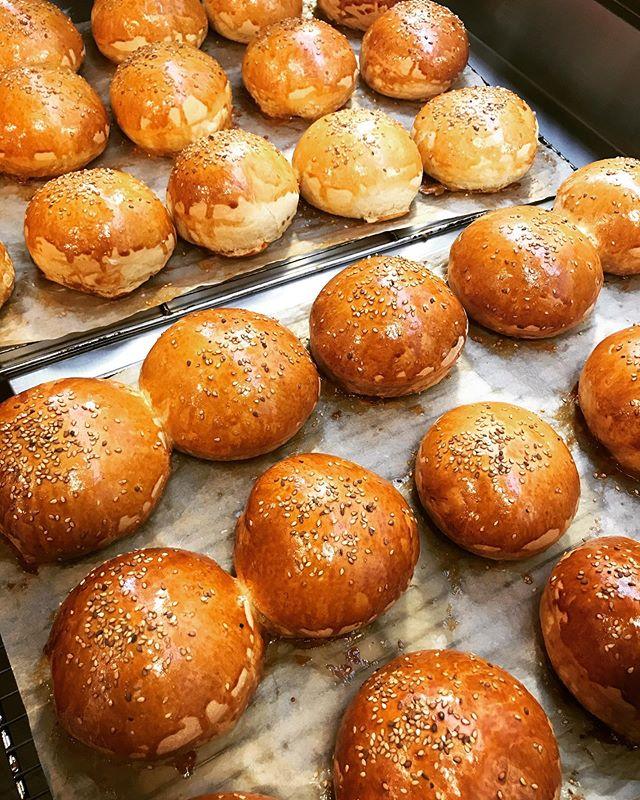 C'est parti ! Les buns maison sortent du four ! #burgerparisien #burgerparis #parisburger #burgerlove #parisrestaurant #lemarais #paris3 #buns #bunsmaison #homemade #homemadebuns #restaurantparis #organic #producteurslocaux #lesenfantsrouges #yummy #foodieparis